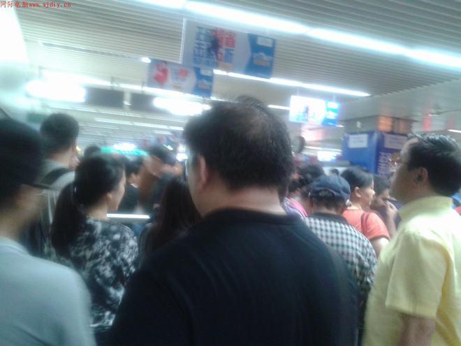 华强北地铁华强路上下班安检排队痛苦