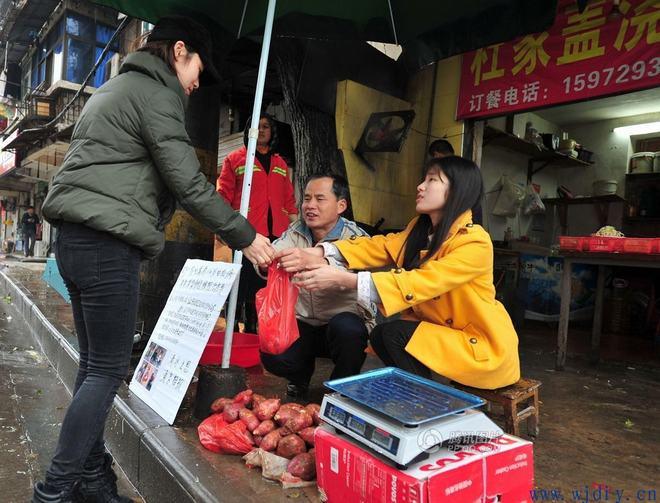 大学生卖红薯给16岁弟弟白血病治病