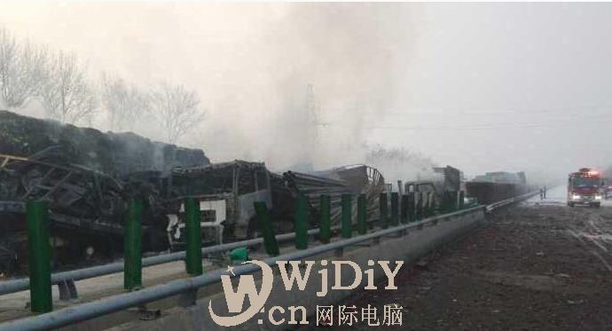 辽宁锦州至阜新高速一拉鞭炮车着火 20多辆车失火