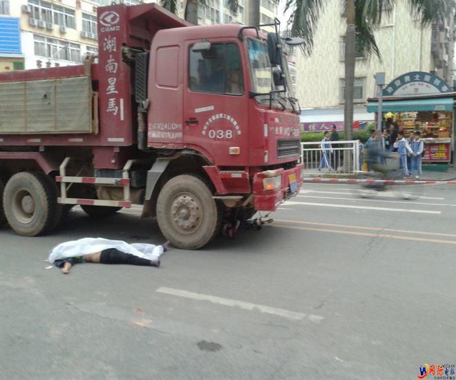 实拍:民治民旺路与民福路交叉处车祸