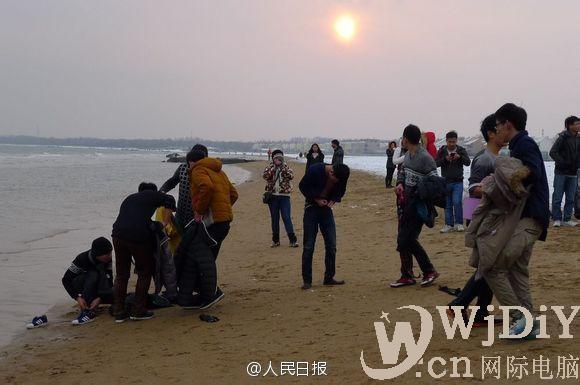 河北秦皇岛18名大学生手挽手冲进大海救出女子