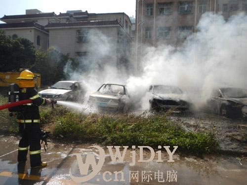 深圳坂田杨美村一空地四辆轿车着火